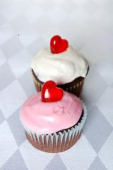 valentines day cupcakes with pink and white frosting